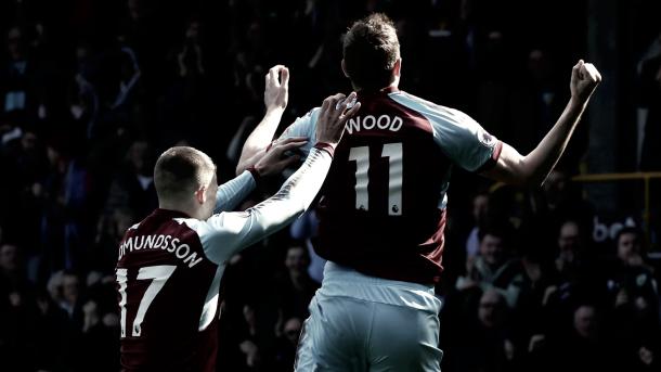Chris Wood celebra un gol frente a la afición de los Clarets || Fuente: Premier League