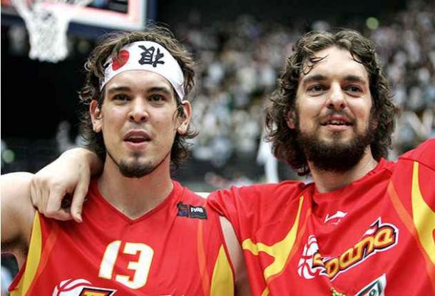 En su primera competición juntos, los hermanos Gasol se hicieron con el trono mundial. | Fotografía: Yoshikazu Tsuno / Getty Images