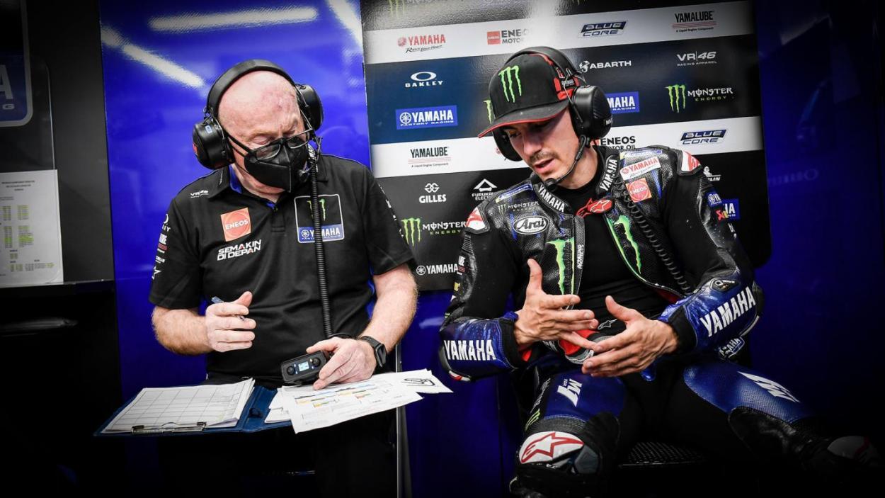 Maverick Viñales con un miembro de su equipo / MotoGP.com