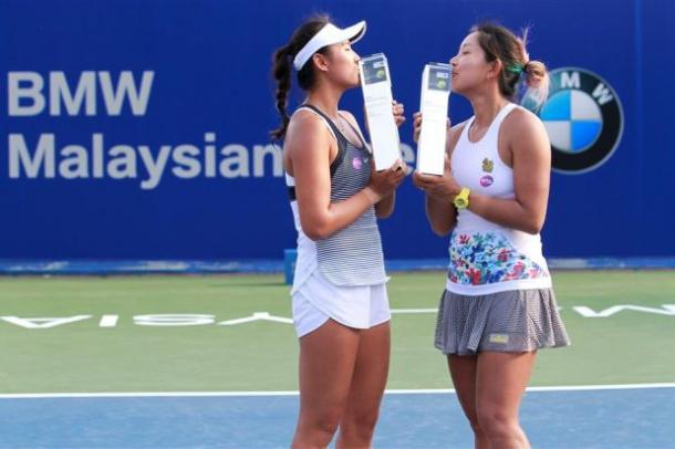Yang (left) and Wongteancha kiss the trophies following their win/Photo: The Star
