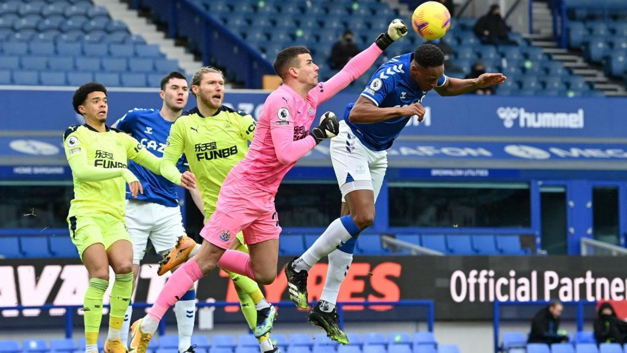 Yerri Mina luchando con Darlow por el balón. Fuente: Premier League