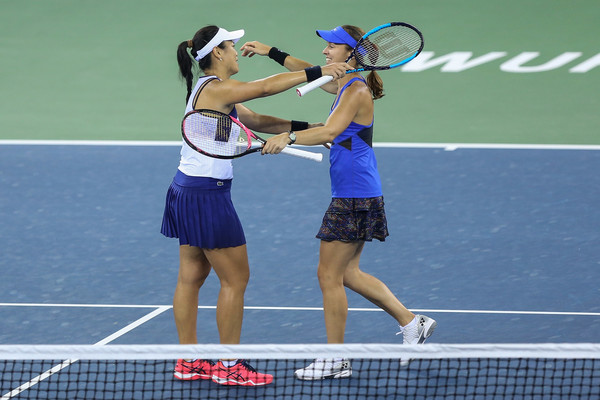 Chan and Hingis celebrates their triumph in Wuhan. These two are now the current world number ones | Photo: Yifan Ding/Getty Images AsiaPac