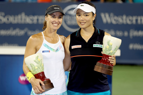 Martina Hingis and Chan Yung-jan with their title in Cincinnati | Photo: Matthew Stockman/Getty Images North America
