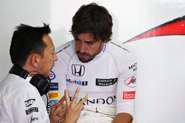 Hasegawa y Alonso conversando en el garaje de McLaren. Fuente: Getty Images