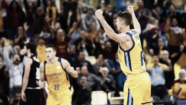 Eriksson y Rabaseda celebran el triunfo ante Bilbao Basket/ Foto: Herbalife Gran Canaria