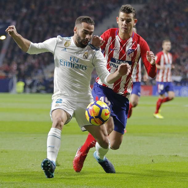 Lucas y Carvajal pugnan por un balón en el primer derbi del Wanda Metropolitano. Fuente: atleticodemadrid.com