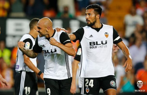 Zaza y Garay durante la celebración del italiano frente a la UD Las Palmas en LaLiga. Fuente: Valencia CF