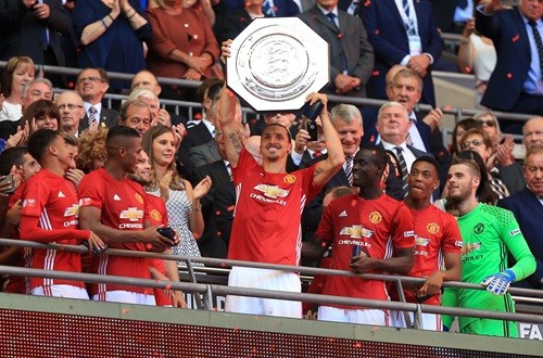 Zlatan lifts the Community Shield | Photo: Manchester United FC