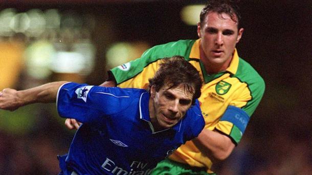 Zola durante el encuentro en 2002 en Carrow Road | Foto: Norwich City.