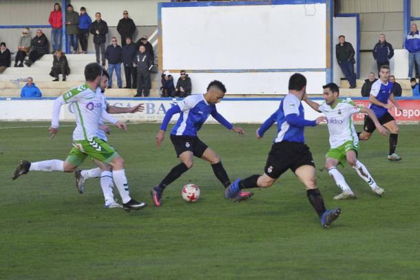 Valdo, en el medio con el balón, disputa un partido frente al Racing de Santander con la elástica de la Peña Sport.