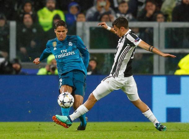 Varane disputa el esférico con Dybala | Fuente: Real Madrid