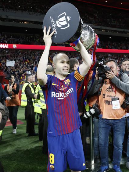 Iniesta levantando la Copa del Rey / Fuente: RFEF