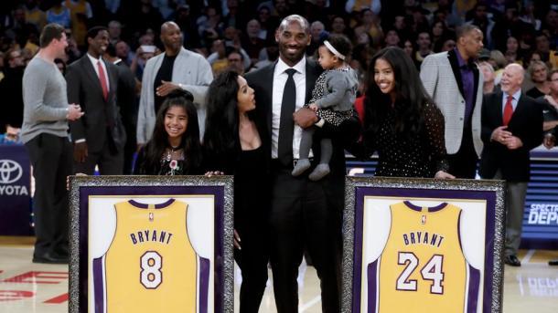 Kobe Bryant posa con su familia y los Lakers retiran el dorsal 8 y el 24 | Foto: ESPN