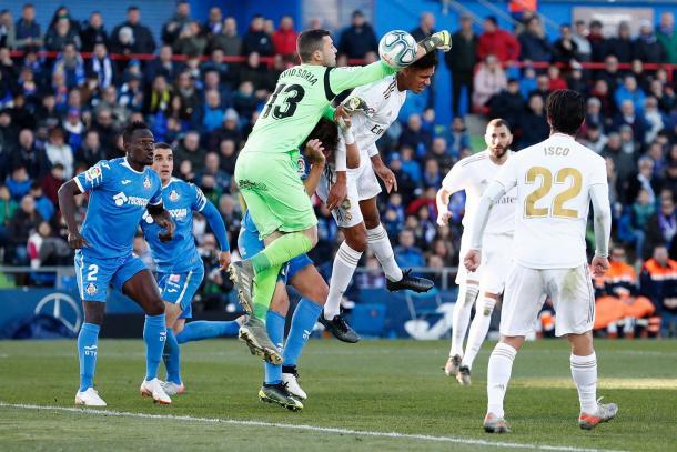 Varane al remate. Fuente: Real Madrid