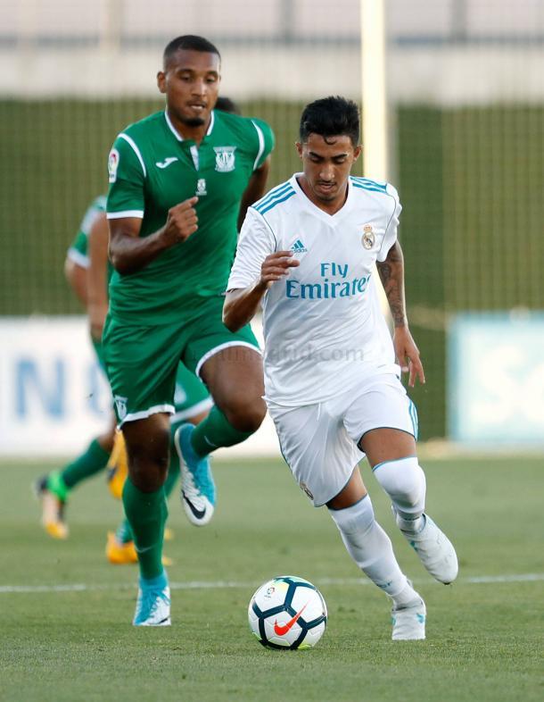 Toni Segura controla el balón durante un encuentro del Real Madrid Castilla | Fuente: www.realmadrid.com