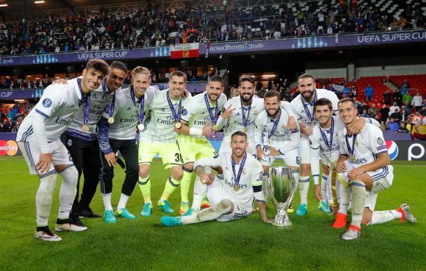Parte del equipo celebrando la tercera Supercopa de Europa | Foto: Real Madrid