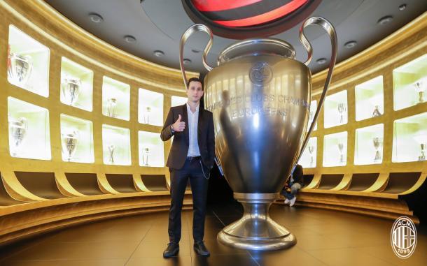 Kalinic conheceu a sala de troféus do Milan, no museu do clube (Foto: Divulgação/AC Milan)