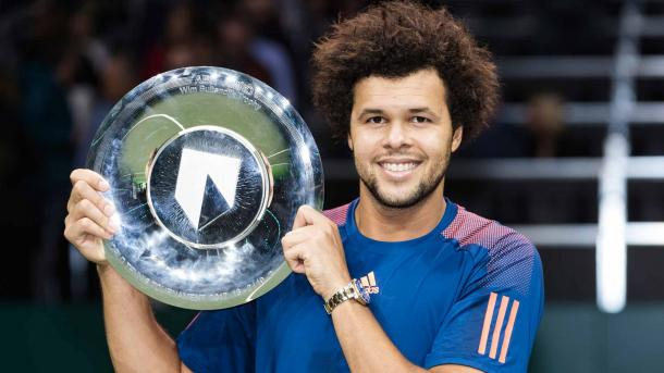 Jo-Wilfried Tsonga with the Rotterdam trophy (Photo: Peter Dejong