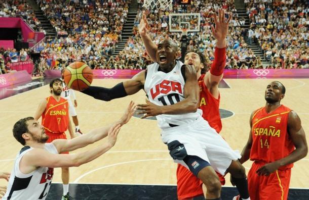 Gasol (atrás) tenta evitar que Kobe anote mais pontos para os EUA (Foto: Getty Images)