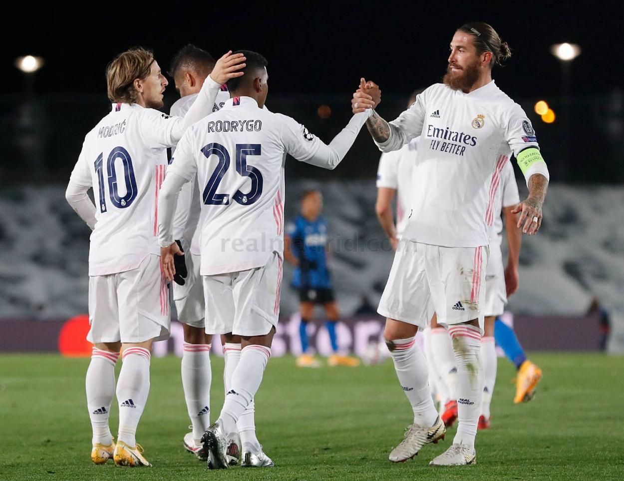 Rodrygo Goes, Luka Modric y Sergio Ramos celebran el tanto del extremo carioca | Fuente: www.realmadrid.com