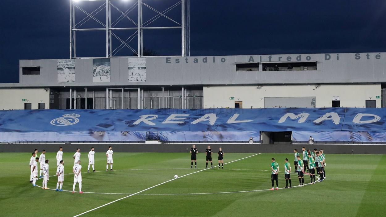 Real Madrid y Betis guardan un minuto de silencio antes del inicio del partido en memoria de Emilio Butragueño Benavente. |Foto: realmadrid.com