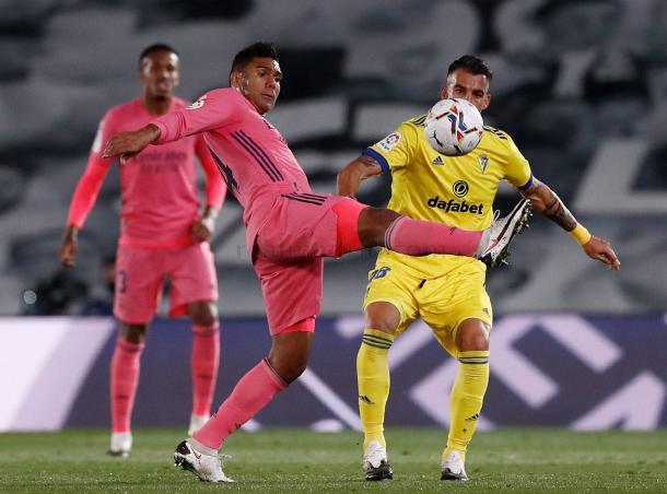 Casemiro golpea el esférico ante la atenta mirada de Álvaro Negredo | Fuente: www.realmadrid.com
