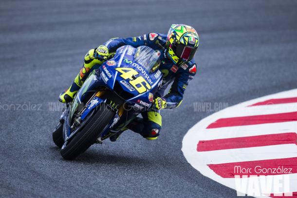 Valentino Rossi sobre la Yamaha con chasis 2017. Foto: Marc González - VAVEL.