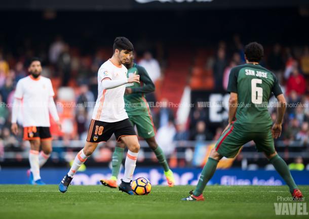 Carlos Soler durante un partido en Mestalla - Foto: PhotoSilver VAVEL.com