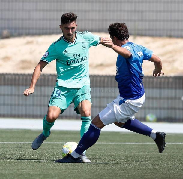 Víctor Chust controla el esférico y es presionado por un jugador de Las Rozas CF | Fuente: www.realmadrid.com