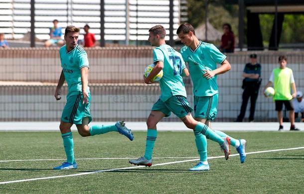 Latasa celebra junto a Mario Gila y Jordi Martín uno de los goles anotados ante Las Rozas CF | Fuente: www.realmadrid.com