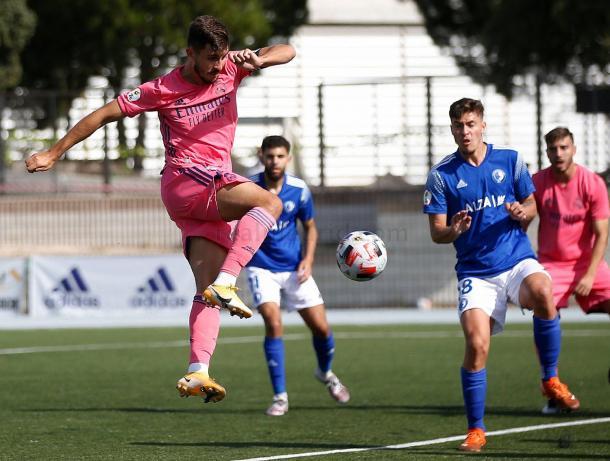 Víctor Chust, capitán del Castilla ante Las Rozas CF, remacha un centro lateral | Fuente: www.realmadrid.com
