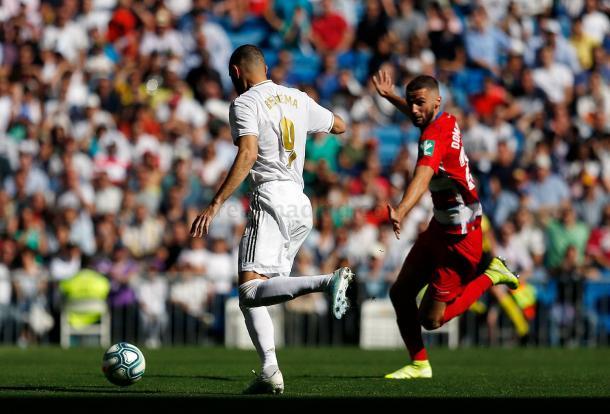 Karim Benzema controla el balón ante la mirada de Domingos Duarte, héroe del equipo nazarí en su visita al Reale Arena | Fuente: www.realmadrid.com