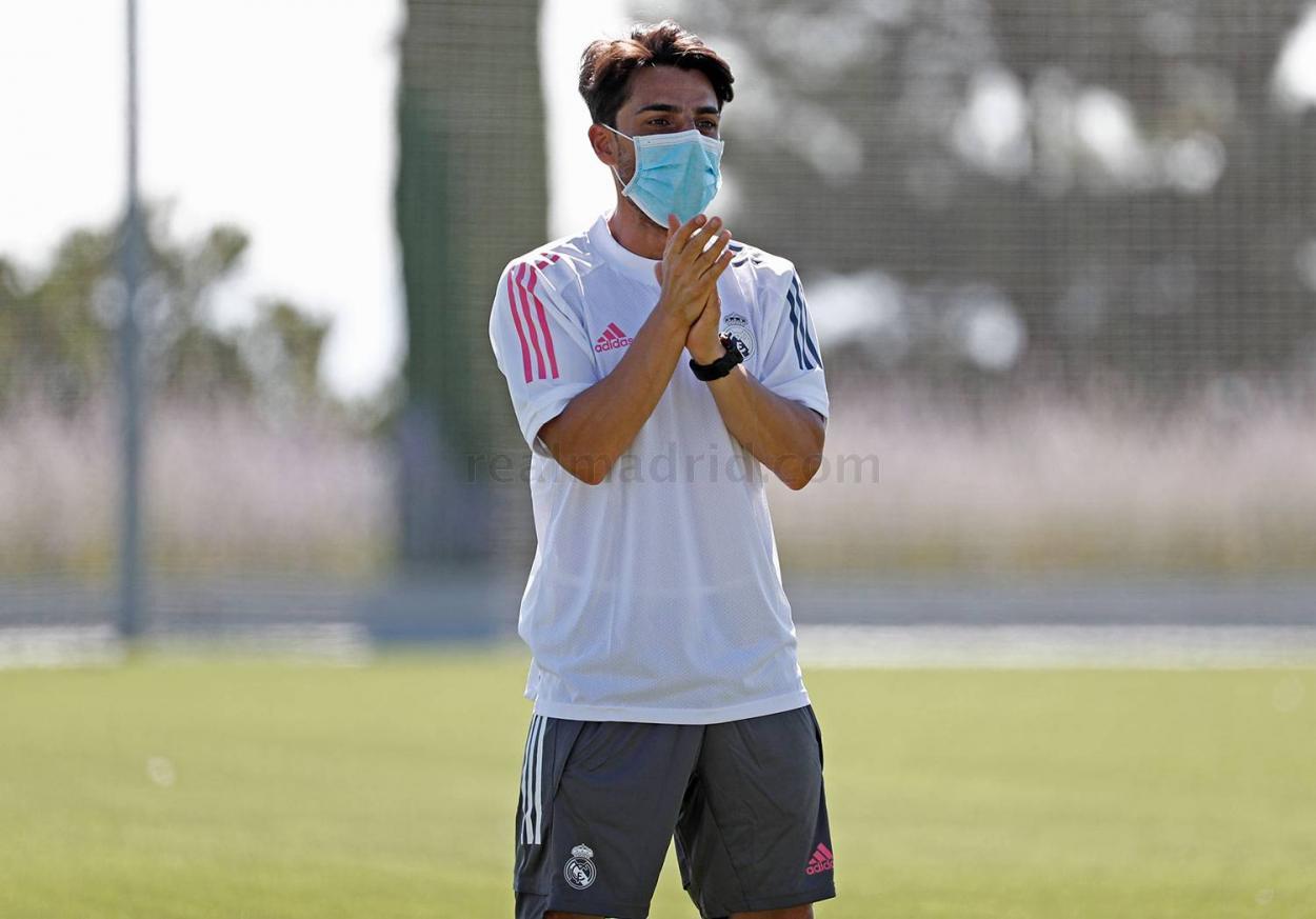 Jorge Romero, durante su primer entrenamiento al frente del Juvenil A | Fuente: www.realmadrid.com