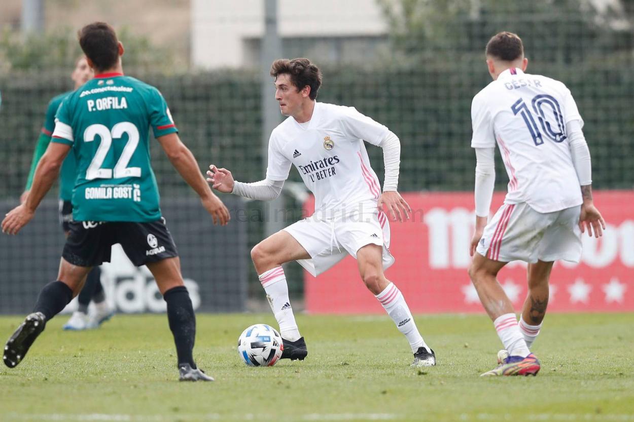 Carlos Dotor, pensativo con el esférico pegado al pie, durante el encuentro ante el Atlético Baleares | Fuente: www.realmadrid.com