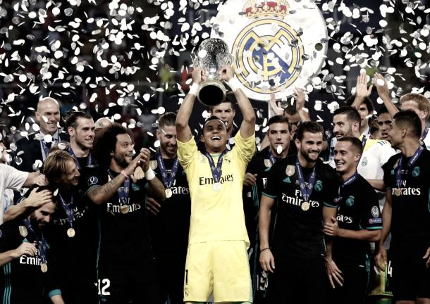 Navas disfruta con un trofeo más en alzas | Foto: Antonio Villalba (Real Madrid C.F.)