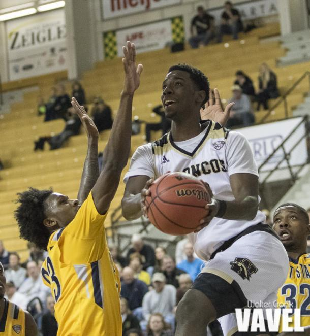 Jaylin Walker (23) of Kent State attempts to block the shot of Thomas Wilder (10) of Western Michigan. Photo: Walter Cronk