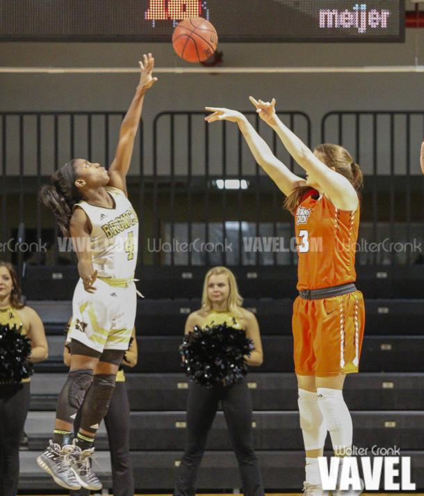 Deja Wimby (4) tries to block the shot of Andrea Cecil (3). Photo: Walter Cronk