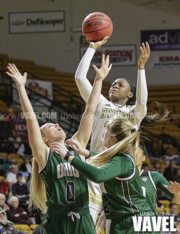 Jasmyn Walker (34) takes the one handed shot over to defenders. Photo: Walter Cronk