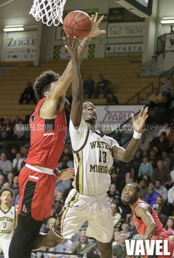 Thomas Wilder (10) gets past Trey Moses (24) for the shot under the basket. Photo: Walter Cronk