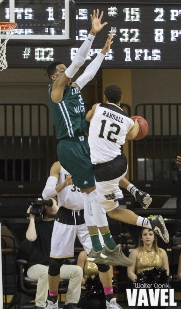 Jarrin Randall (12) collides with James Thompson IV (2) in mid air. Photo: Walter Cronk