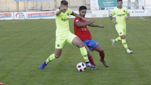 Oriol Busquets disputa un balón en la derrota recibida en Teruel. FOTO: FC Barcelona