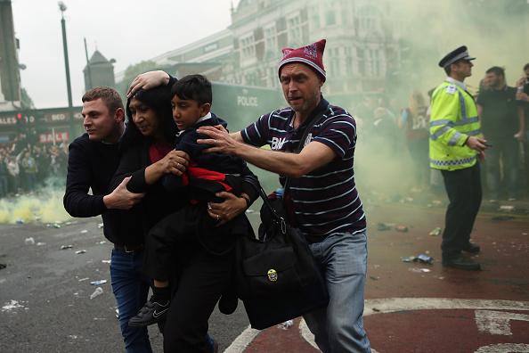 Lado de fora do Upton Park se tornou cena de guerra antes da partida; ônibus do United foi atingido com garrafas e teve uma das janelas quebrada (Foto: Dan Kitwood/Getty Images)