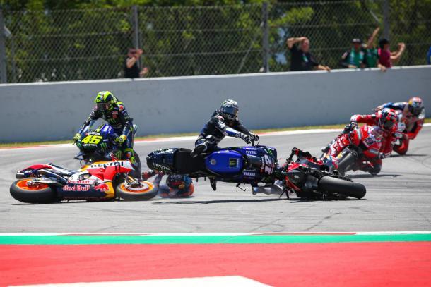 El accidente en Catalunya que involucró a Dovizioso, Rossi, Lorenzo y Viñales. Imagen: MotoGP