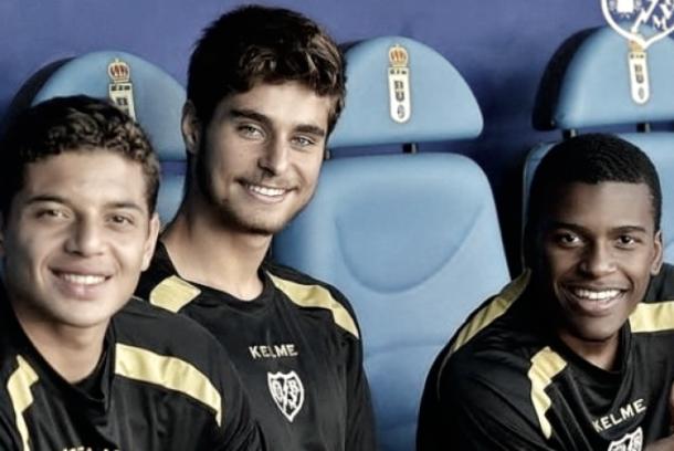 Kike Gómez posando con Lucho y Akieme en el banquillo. Fotografía: Rayo Vallecano S.A.D.