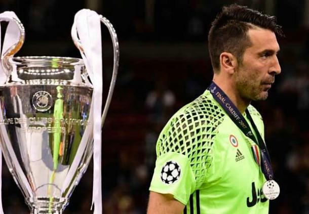 Buffon al recibir la medalla de subcampeones | Foto: Juventus