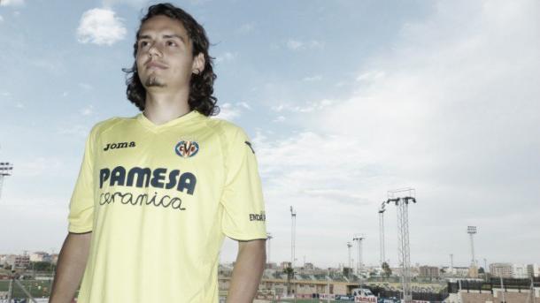 El delantero ya posa con su nueva camiseta. Foto: Villarreal CF.