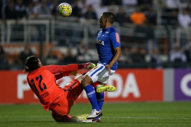 Lance de Ábila com o goleiro Cássio que gerou polêmica no Campeonato Brasileiro (Foto: Marcello Zambrana/Light Press)