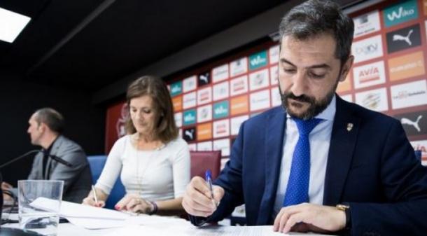 Firma del acuerdo entre ambos clubes (fuente UD Logroñés)