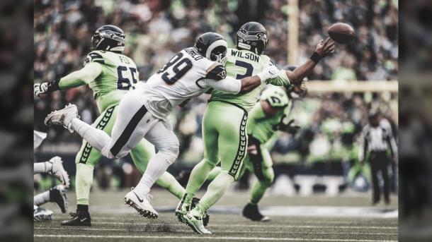 Aaron Donald es el mejor defensivo de la NFL y presiona continuamente a los mariscales rivales (foto Rams.com)