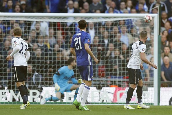 Matic acertou chute de rara felicidade, deixando Lloris estático no lance; foi o quarto gol do Chelsea na partida | Foto: Adrian Dennis/AFP via Getty